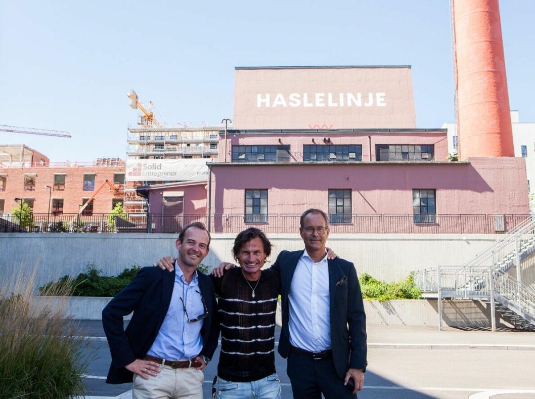 GLAD TRIO: Petter Stordalen sammen med Andreas Jul Røsjø, konserndirektør Eiendom i AF og Eirik Thrygg, administrerende direktør i Höegh Eieindom foran HasleLinje .Foto: Yvonne Sollihagen.