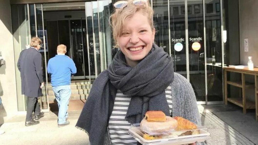Matredderen Silje Marie Bunæs har hentet seg en porsjon med overskuddsmat fra frokostbufféten til Scandic St. Olavs plass.