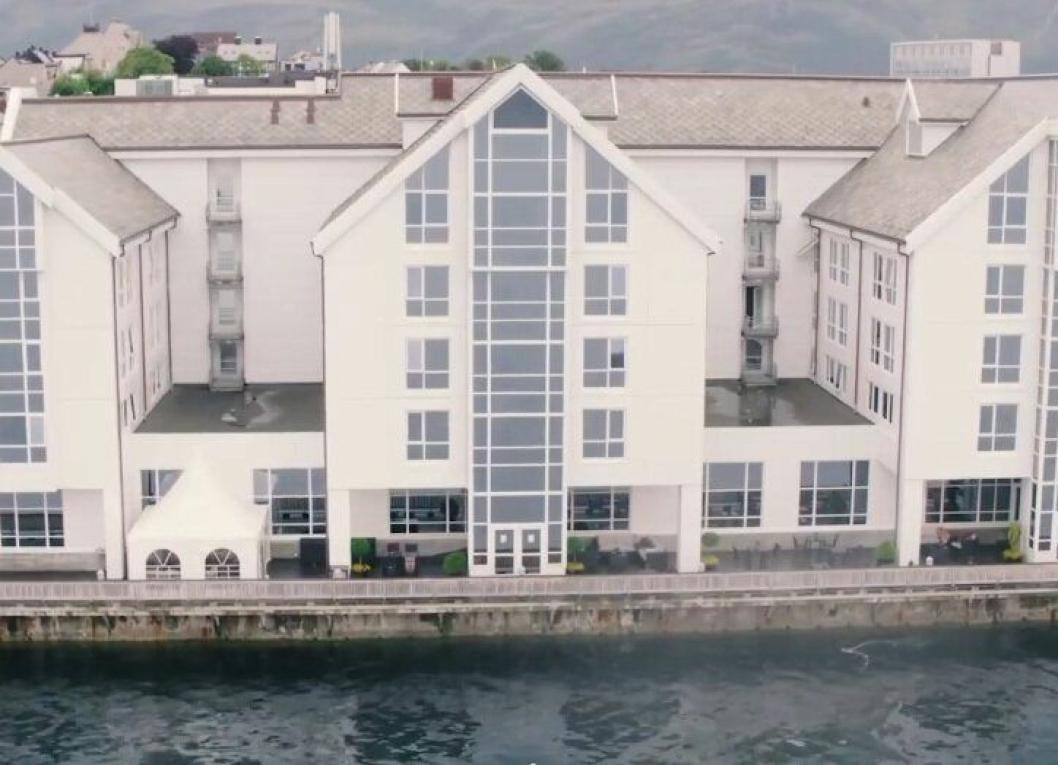 TETT PÅ: Hotellet ligger helt på bryggekanten i Ålesund.