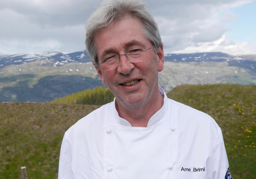 INVITERER: Arne Brimi sier det er stort å få besøk av Claus Meyer.