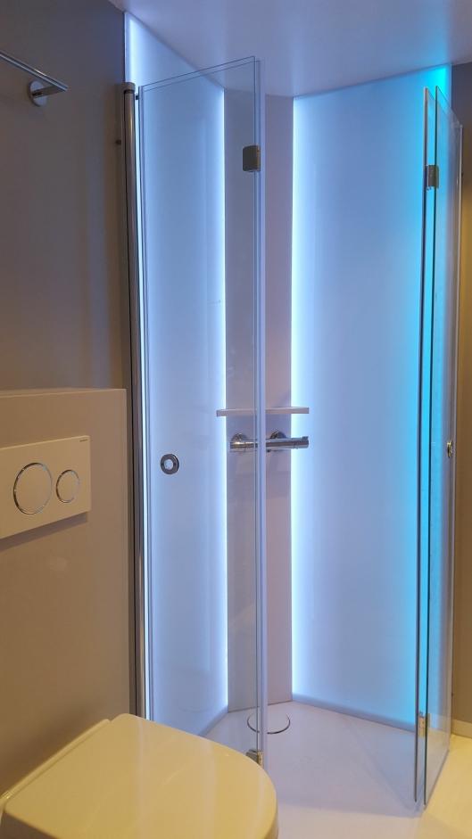 DELIKAT: I tillegg til baderomsgulvene leveres Amfi-badene også med servanter og dusjhjørner i materialet Solid Surface, med herdet glass og integrert LED-belysning.