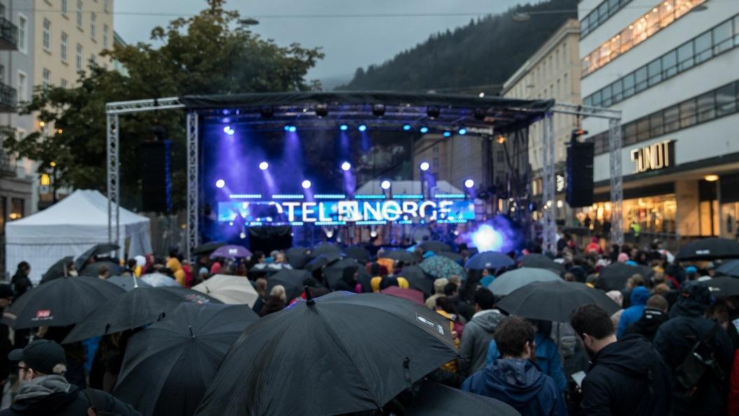 VÅT FEST: Bergenserne lot ikke litt duskregn stoppe dem i å delta på festen utenfor Hotel Norge.