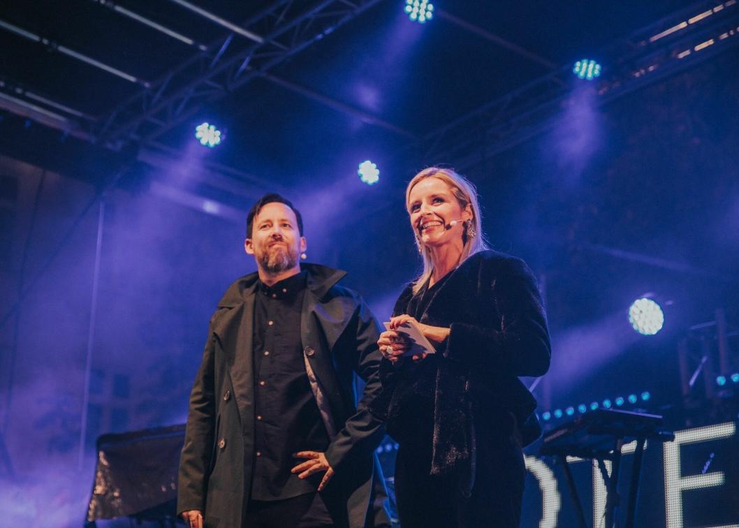 STOLT: Lise Solheim Haukedal og konferansier Tarjei Strøm.