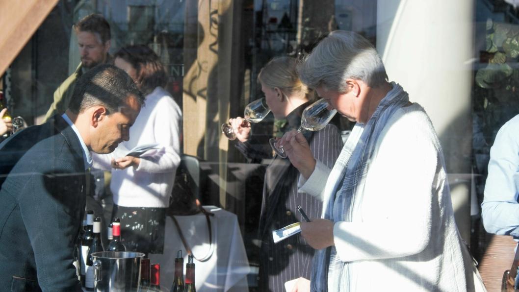 """Det var mange nysgjerrige neser og ganer som møtte opp for å """"besiktige"""" israelsk vin."""