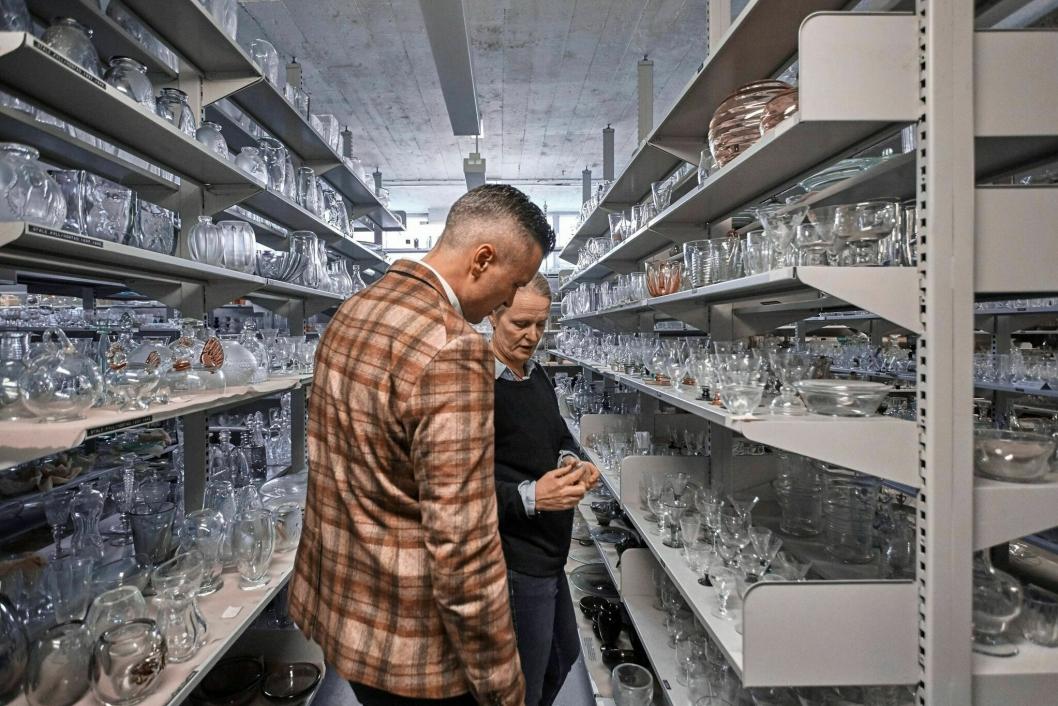 Direktør Wilhelm Hartwig på Amerikalinjen har dykket ned i arkivene til Hadeland Glassverk for å finne gamle skatter sammen med Maud Gjeruldsen Bugge, designsjef ved Hadeland Glassverk.