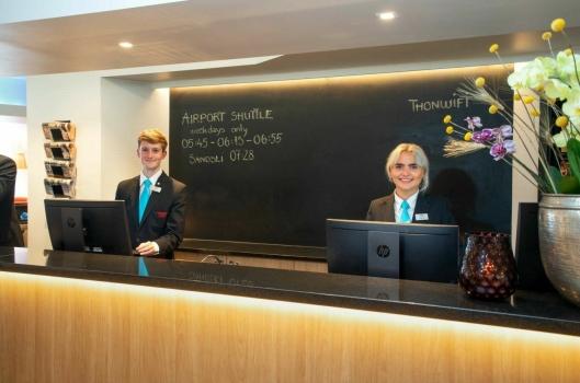 Resepsjonist Aleksander Christensen - her med kollega Stine Jordal. Foto: Privat.