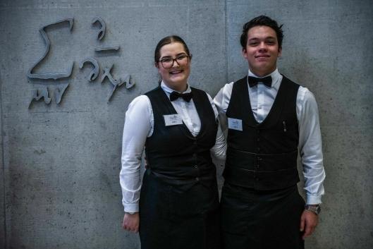 Emily Høgseth Asphaug og David Andres Grønmo Pereria fra Brasserie France ble kåret til de beste servitørlærlingene.
