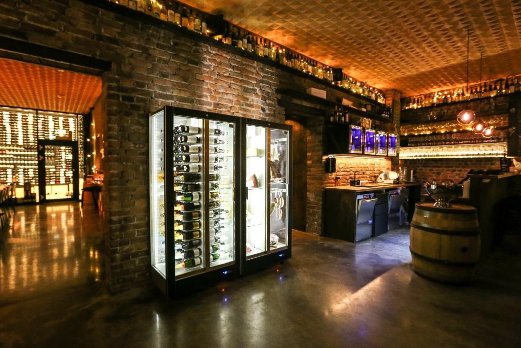 FLOTTE: Den nye baren har flott, stemningsskapende innredning.