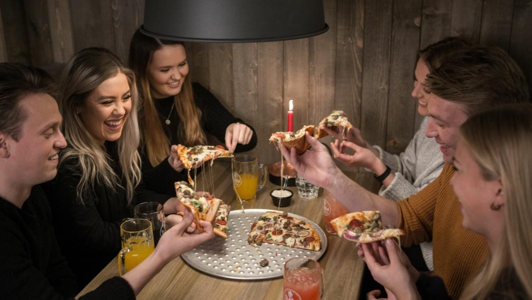 PIZZAFEST: At seks voksne personer deler én pizza er selvsagt helt utenkelig, så vi håper det er en til på vei.