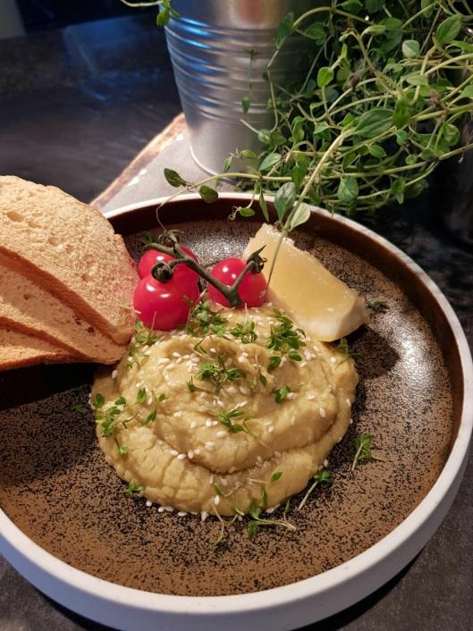 HUMMUS: Urtehummus fra Frosta toppet med dulcia tomater, sesam og sprøttbrød.
