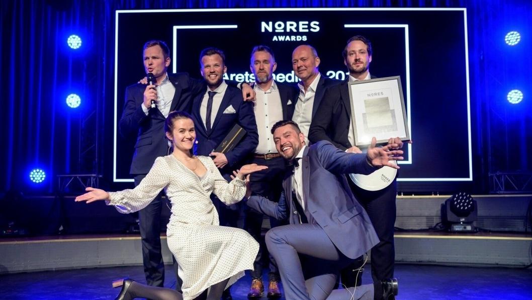 ÅRETS MEDLEM: Bakre rekke: De glade vinnerne fra Vestlia Resort, foran: konferansier Live Nelvik,Erik Strøm Nores.