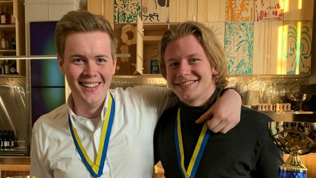 Kokkelærlingene Audun Blystad (t. v.) og Håvard Onsøyen tok gull i Nordisk mesterskap for kokk- og servitørlærlinger 2019.