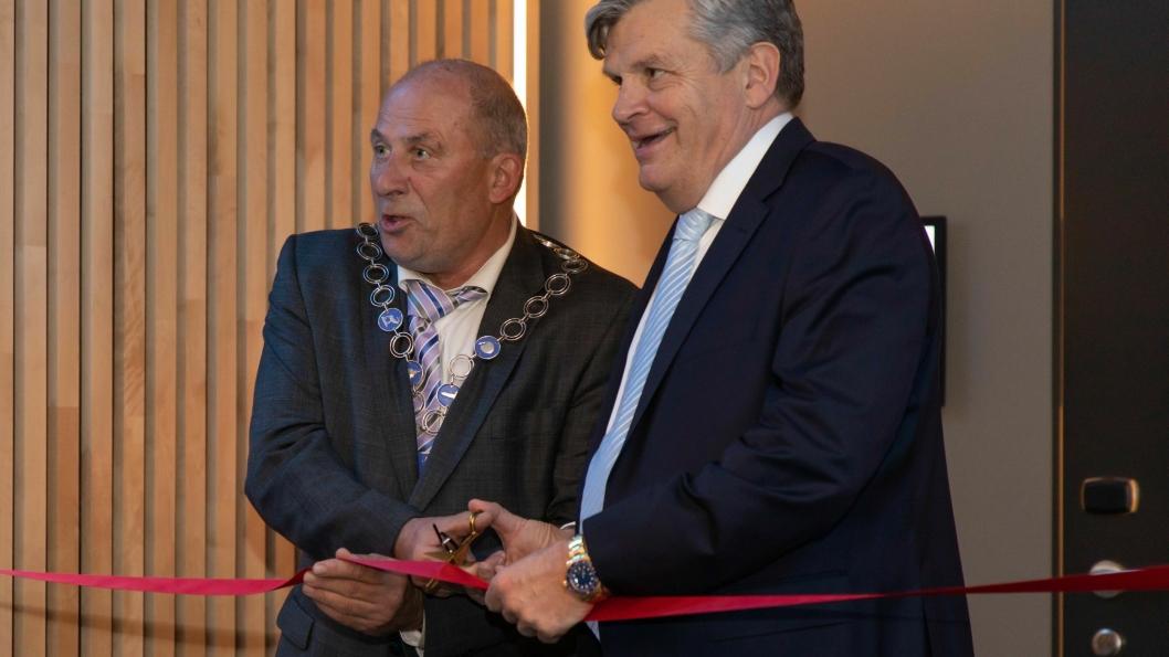 Ordfører Jarle Aarvoll klipper båndet med hotelldirektør Jørgen Christian Lindstrøm.