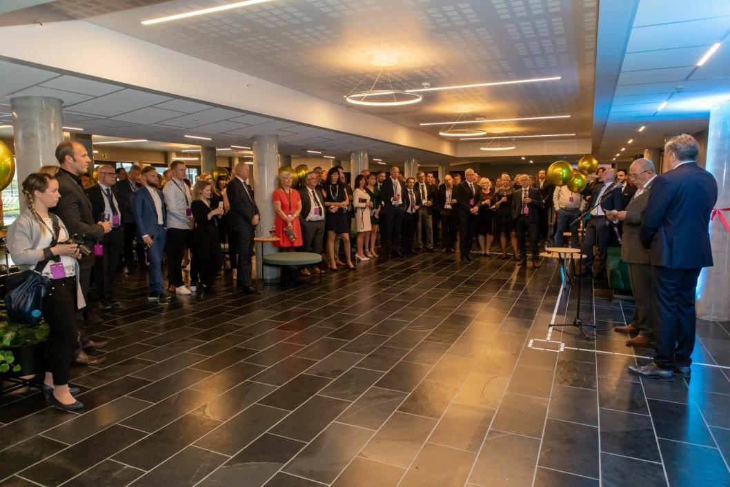 Det var mye folk samlet til innvielse av det nye hotellet i Sogndal.
