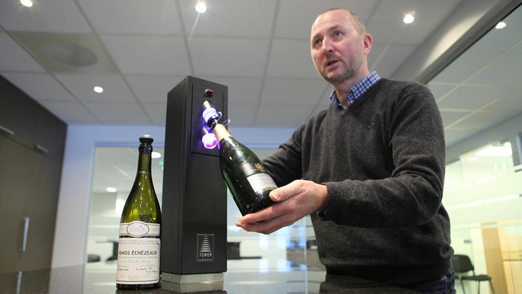 POPULÆRT: Øyvind Tveit i Vinconsult demonstrerer vinpreserveringssystem «Le Verre de Vin». På 5 sekunder er flasken preservert, og vinen holder seg frisk i 3 uker.
