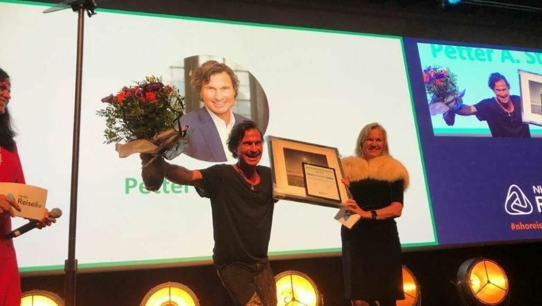 HEDER: Petter Stordalen fikk NHO Reiselivs hederspris av Kristin Krohn Devold.