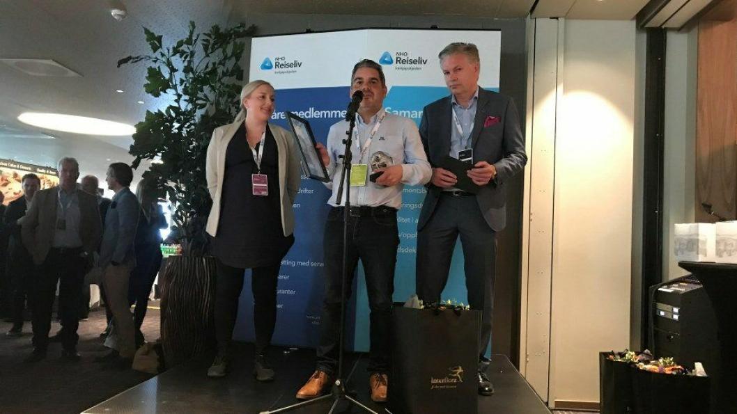 Macks Ølbryggeri er Årets leverandør av drikke 2019. Fra venstre: Heidi Ellefsen Ihlström (innkjøpssjef i NHO Reiseliv Innkjøpskjeden), Ketil Bøe (Key Account Manager i Macks Ølbryggeri) og Øyvind Frich (leder av innkjøpsutvalget i NHO Reiseliv Innkjøpskjeden).