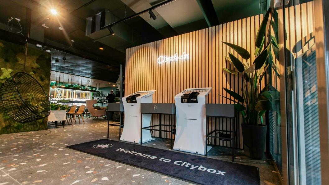 MAN VS. MACHINE: I lobbyen på Citybox er resepsjonen byttet ut med maskiner.