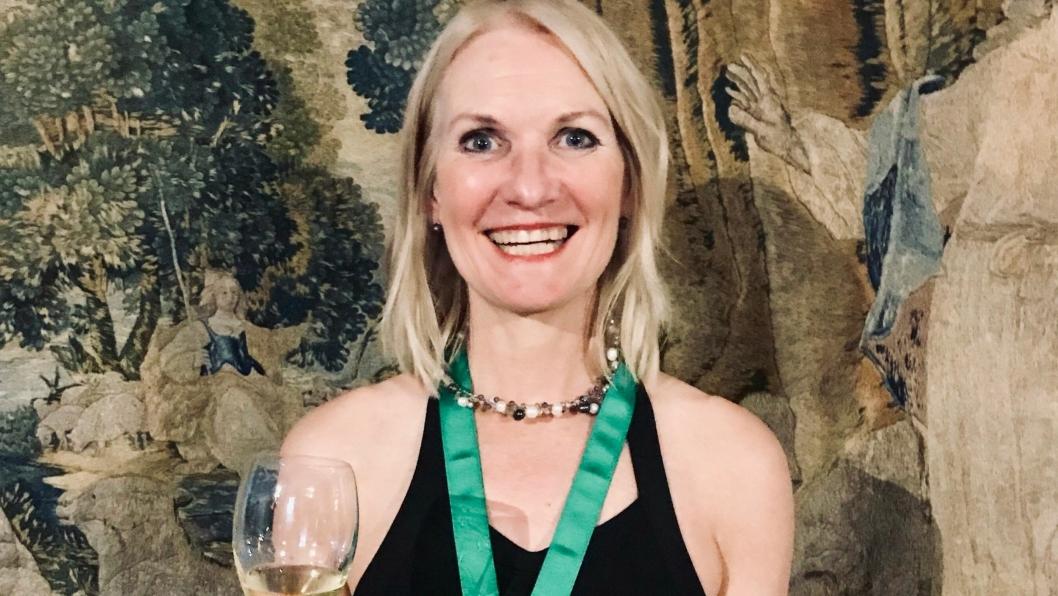 RIDDER: Henriette Batt, Head of Wine i Einar A. Engelstad, ble slått til ridder av Champagne.