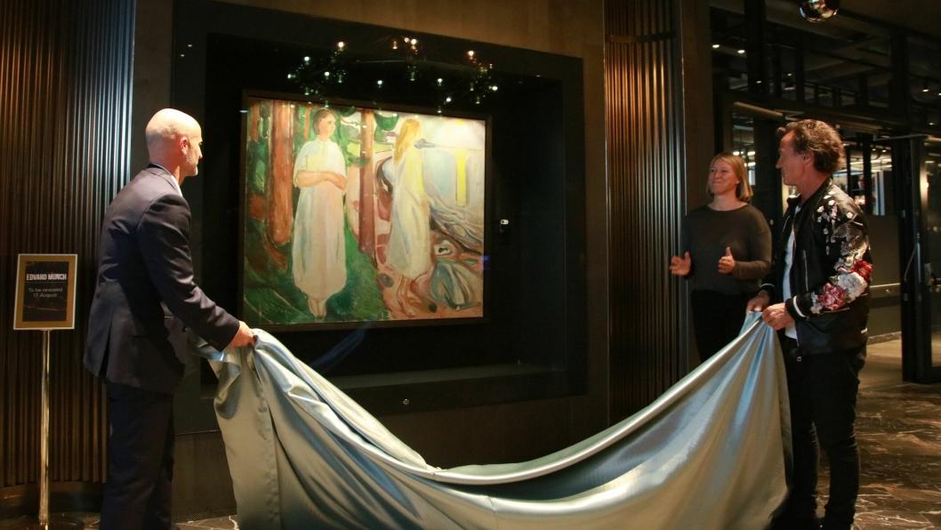Fra venstre: Robert Holan, hotelldirektør Clarion Hotel Oslo og Petter Stordalen avduket kunstverket.