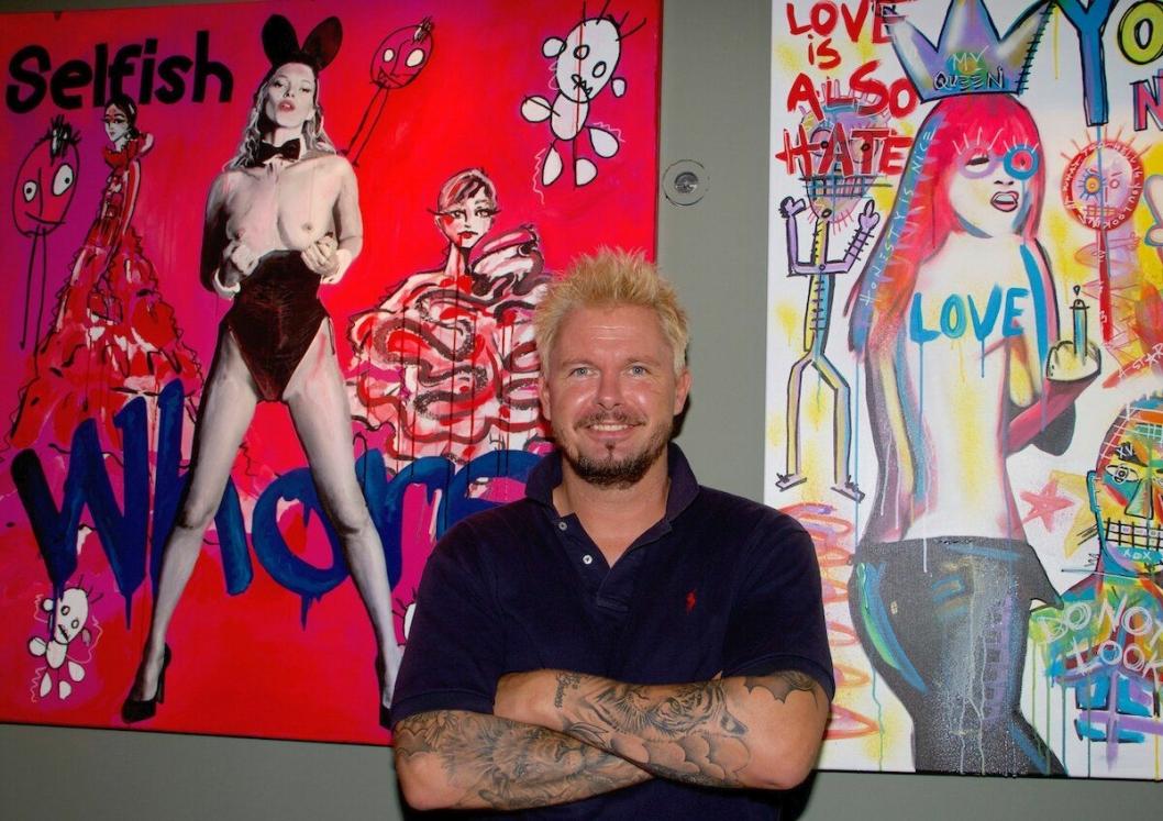 """MR KLING: – Jeg liker å provosere litt med bildene mine, sier kunstner Mr. Kling, nærmere bestemt; Werner Kling. Kunstnerens innholdsrike """"Pop-art""""-kunst vil pryde veggene i de nye lokalene til Bølgen & Moi Gimle de nærmeste månedene."""