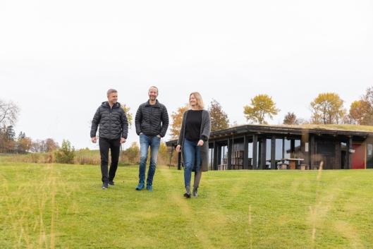 GLEDER SEG: Eierne Håvard Gausen, Frode Sakshaug og Kristine Daling Sakshaug gleder seg til å se det nye hotellet vokse ut av bakken på Øyna.