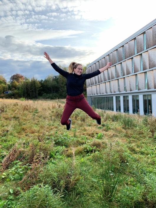 FLYR HØYT: Biehotell-direktør Thea Emilie Giske er hoppende glad for at prosjektet er fullført!