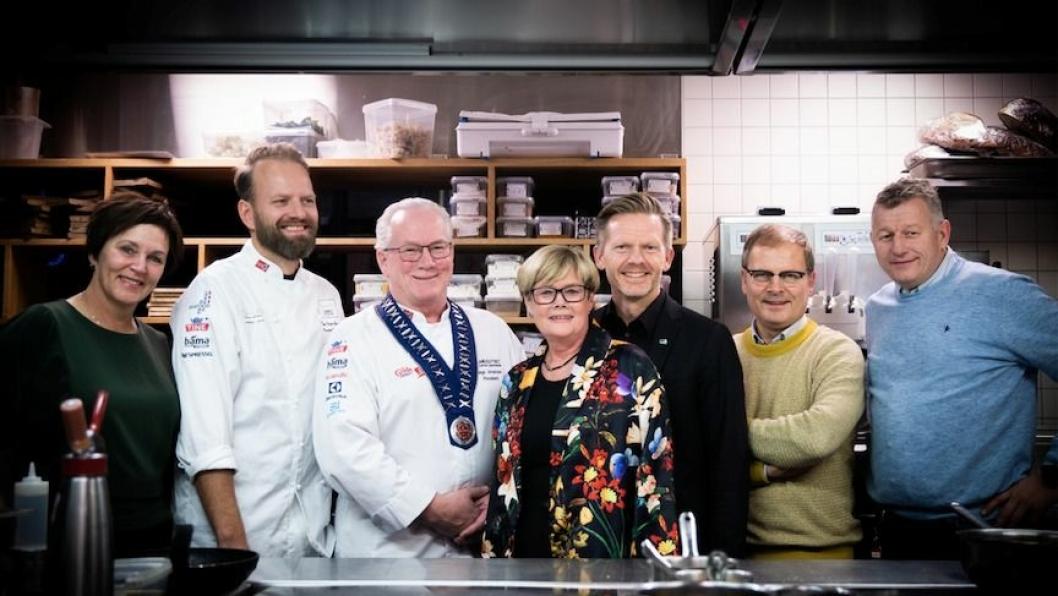 GLADE: Fra venstre: Margunn Ebbesen (H), Tom Victor Gausdal (Bocuse d'Or), Helge Johansen (NKL), Kristin Ørmen Johansen (H), Tage Pettersen (H), Arne Sørvig (Bocuse d'Or) og Espen A. Wasenius (NKL).