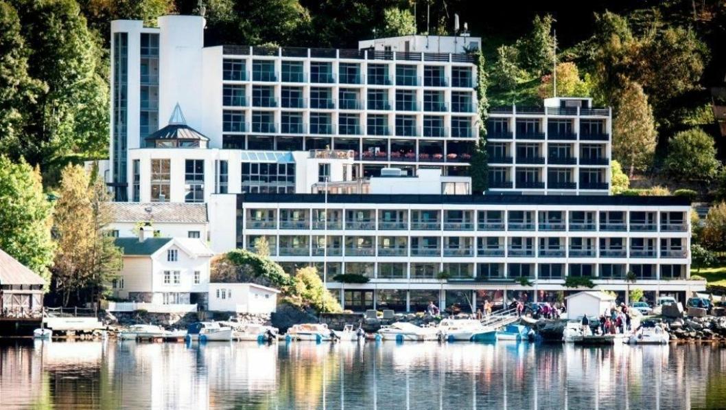 IDYLL: Hotell Geiranger ligg heilt i vasskanten inst i Geirangerfjorden, har 150 rom og fjordutsikt over verdsarven.
