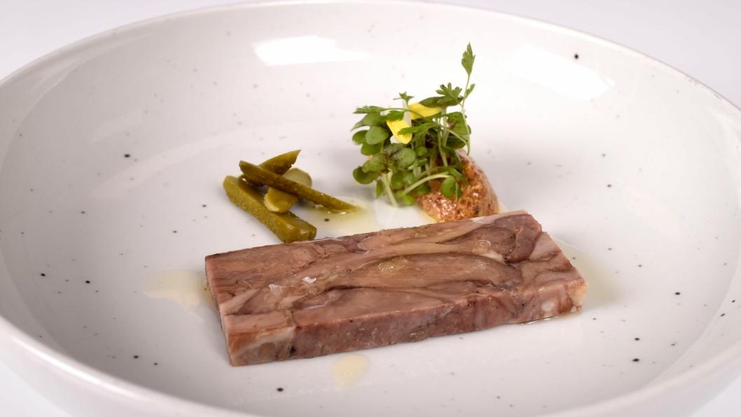Arktisk kje fra hode til hale / Fransk sylte av restekjøtt fra arktisk kje med grov sennep, norsk sylteagurk og nystekt flatbrød på urkorn