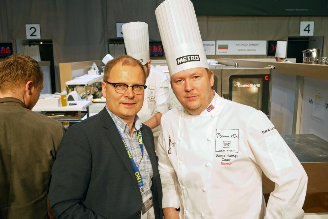 Arne Sørvig (t.v.) og Gunnar Hvarnes brenner for kokke- og matfaget. Her fra kokkekonkurransen Bocuse d´Or Europa i Budapest. Foto: Eskil Bjørshol.