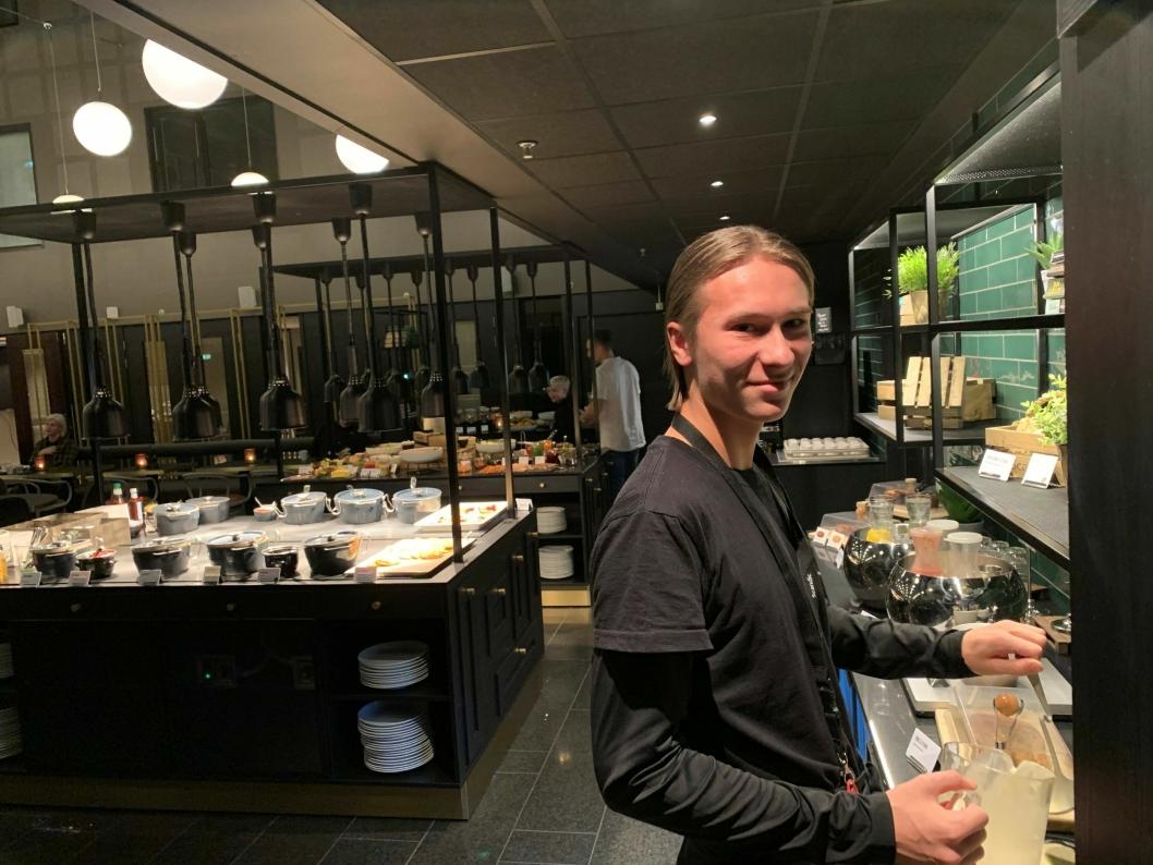 VAFFELSJEF: En av restaurantsjef Adrians første oppgaver var å lage vafler til gjestene.