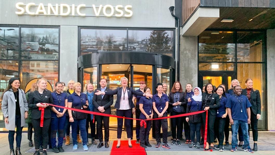 ÅPNET: Hotelldirektør på Scandic Voss sammen med ansatte på åpningsdagen torsdag 30. januar.