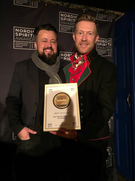 GULL: Eksportsjef i Det Norske Brenneri, Jarle Nereng, mottok gullmedaljen og prisene til Arvesølvet Aquavit fra arrangør Lars Bjerregaard iNordic Spirits Award.