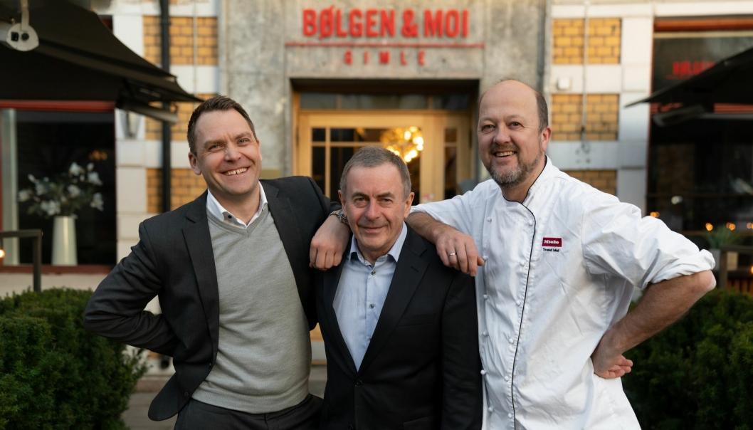 TRIO BØLGEN & MOI: I disse dager kan denne trioen feire Bølgen & Mois 25-års-jubileum, her foran restauranten på Gimle. Fra venstre: Harald Berger, Toralf Bølgen og Trond Moi.