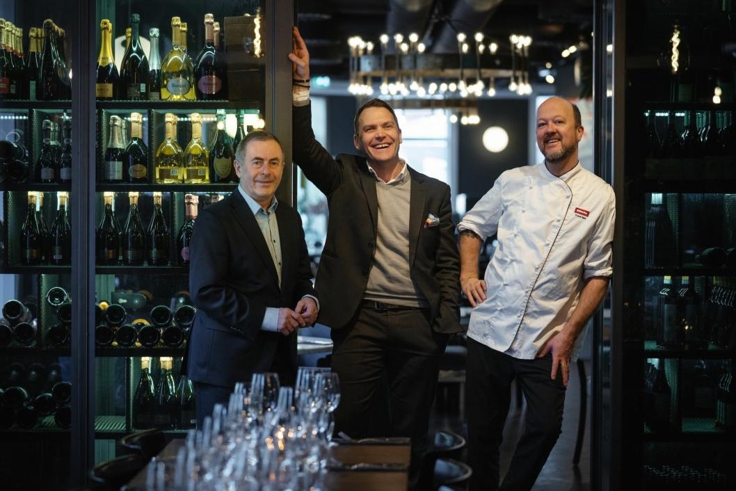 JUBILEUM: – Bølgen & Moi er nå den restaurantgruppen i vårt segment som har holdt det lengst gående her i Norge, sier Trond Moi (t.h.), her sammen med Toralf Bølgen (t.v.) og Harald Berger.