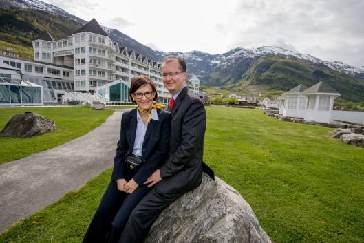 EIRERNE: Hans Edmund Utne og Barbara Zanoni Utne foran Hotel Ullensvang. Foto: Hotell Ullensvang