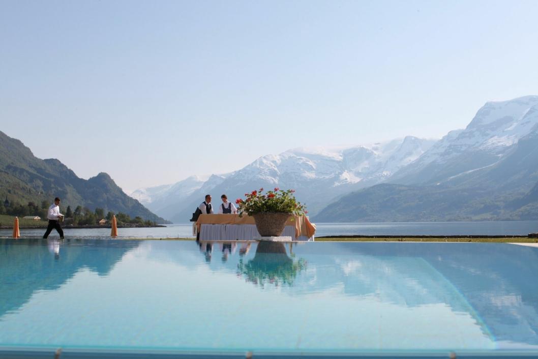 VAKKERT: Utsikt fra utendørs svømmebasseng. Foto: Hotel Ullensvang / Gunn Gravdal Elton