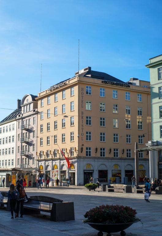 PÅ TORGET: I Bergen er det ikke mulig å være stort mer sentralt plassert.