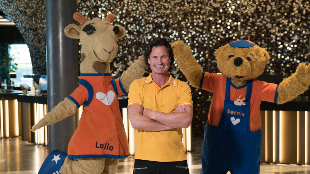 LEKEN TRIO: Petter Stordalen (i midten) sammen med Lollo (t.v.) og Bernie.
