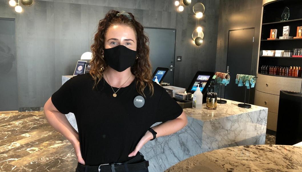 OBLIGATORISK: Nå blir gjestene møtt av ansatte med munnbind.
