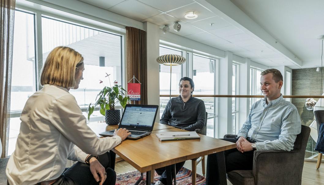 GIR UNGE EN SJANSE: Driftsdirektør Elisabeh Husøy ønsker Christian Hjelle og Andreas Sveen Mevold velkommen på Classic-laget.